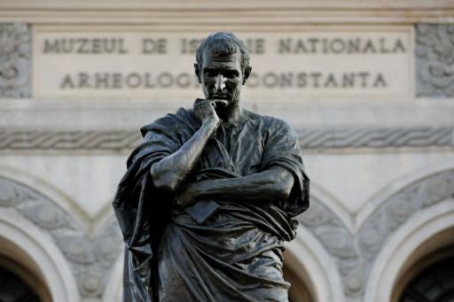 (Ovidio, Tristezas, III 3, 73-6) | Estatua de Ovidio de Ettore Ferrari (1887) con el Museo de Historia y Arqueología en la Piata Ovidiu de Constanza (Rumanía), 2011