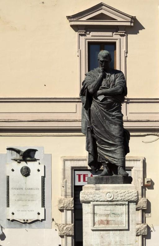 Estatua de Ovidio (Ettore Ferrari, 1925) en la Piazza XX Settembre, Sulmona (Italia), 2015