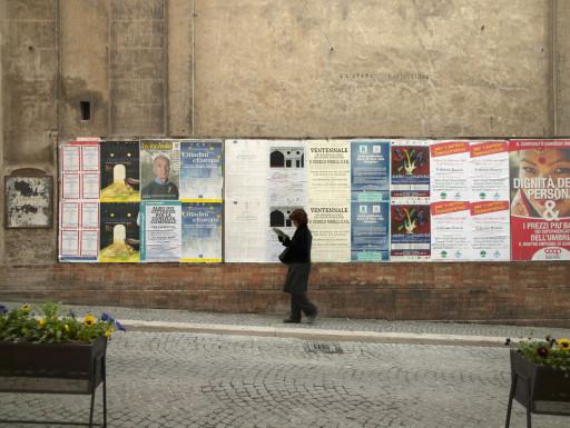 Carteles de la exposición en una calle de Spoleto