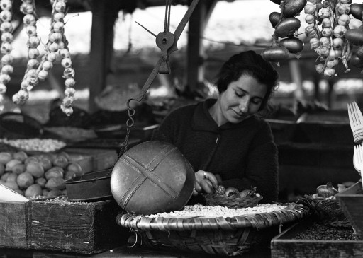RUTH MATILDA ANDERSON, 8/XII/1925. [por la tarde, nubes claras]. Mercado. Balanza, mostrando el fondo de una olla. Galicia: La Coruña
