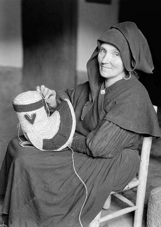 RUTH MATILDA ANDERSON, 1928. Adornando un sombrero con cuerda de paja y franela negra. Extremadura: Montehermoso - Cáceres