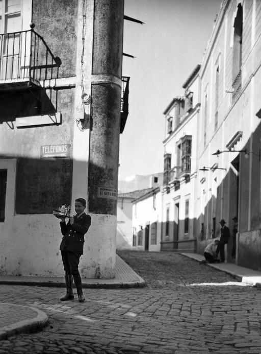 RUTH MATILDA ANDERSON, 1928. Botones del Casino y limpiabotas con el alcalde. Extremadura: Zafra - Badajoz