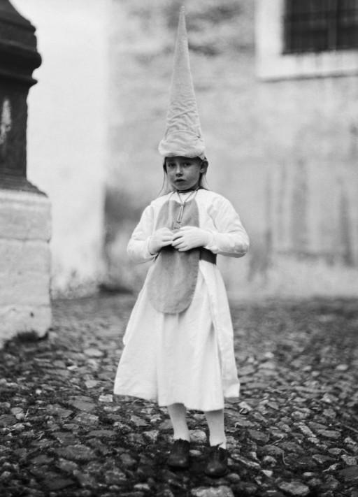 RUTH MATILDA ANDERSON, 5-6/IV/1928. Niño vestido de penitente. Extremadura: Jerez de los Caballeros - Badajoz