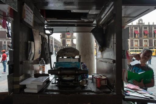 Impresor en los soportales de la Plaza de Santo Domingo (México D.F.)