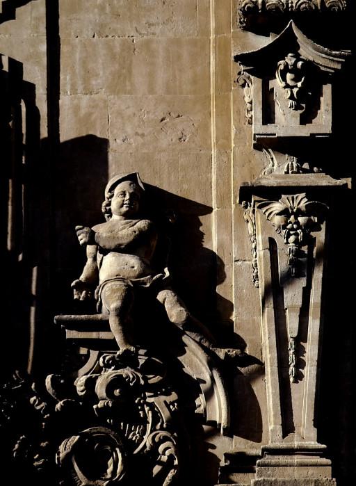 Plaza Mayor. Estípite y niño portador de los atributos de la Justicia en el edificio del Ayuntamiento. 2004