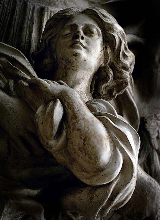 Relieve de la Virgen del Rosario en la fachada al Mercado de la iglesia de Santos Juanes. Valencia