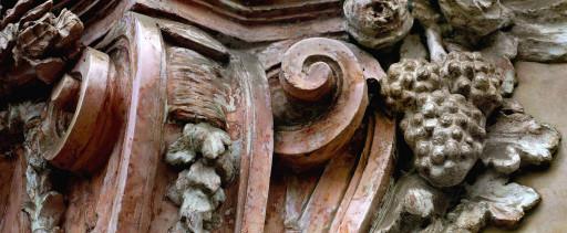 Peana del relieve de la Virgen del Rosario en la fachada de la iglesia de los Santos Juanes. Valencia