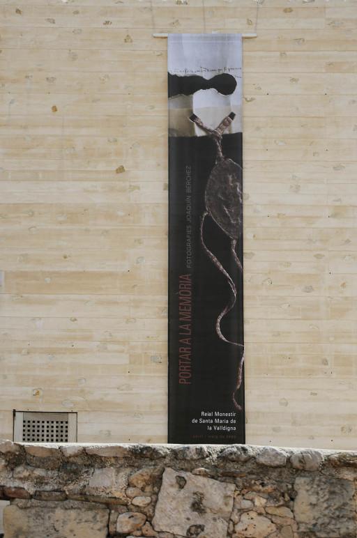 Banderola de la exposición Traer a la memoria en Simat de Valldigna