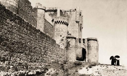 GEORGIANA GODDARD KING, 1914-20 [hacia 1914]. Castillo. Bajo sus muros. León: Peñafiel – Valladolid