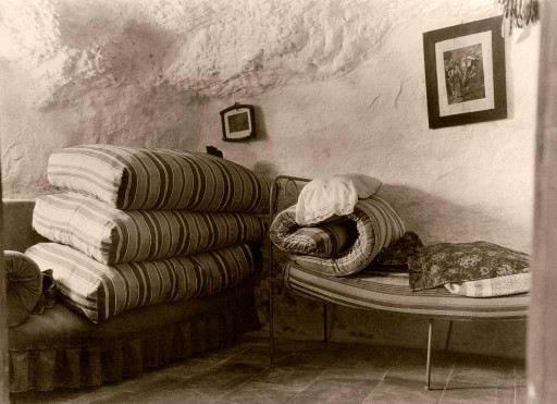 ANNA M. CHRISTIAN, 1915. Cuevas en Godella. Dormitorio. Colchones enrollados durante el día. Valencia: Godella