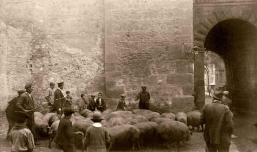 ANNA M. CHRISTIAN, 1915. Arco que da a la Plaza de Zocodóver. Sorolla visto de espaldas. Castilla la Nueva: Toledo
