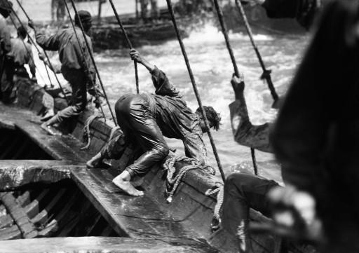 RUTH MATILDA ANDERSON, 1930. Almadraba de buche. Pescador intentando coger un atún. Andalucía: Isla Cristina - Huelva