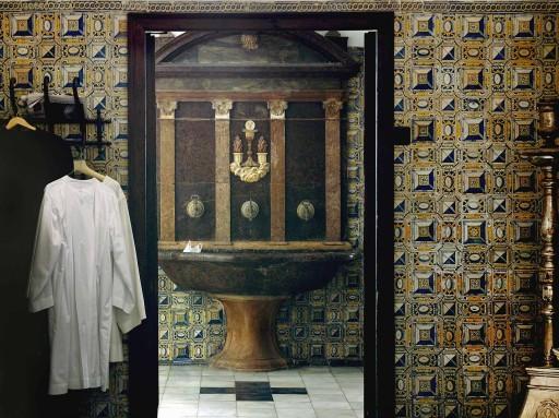 Colegio del Patriarca. Aguamanil en el paso a la sacristía